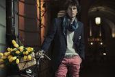 Fotografia giovane ragazzo elegante accanto alla bicicletta