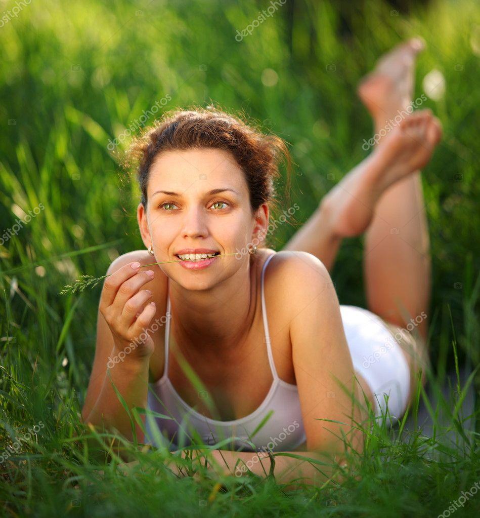 девушка на природе. фото