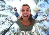 Fotografie Frau fällt von oben im Pinienwald direkt an Sie