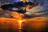tengeri táj, a felhős égbolt és a naplemente