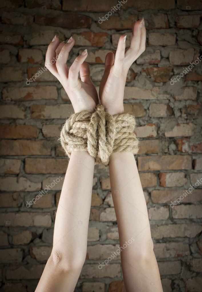 ты стянула мои руки веревками знала, что так