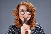 Glücklich lächelnde Frau, die Schokolade isst