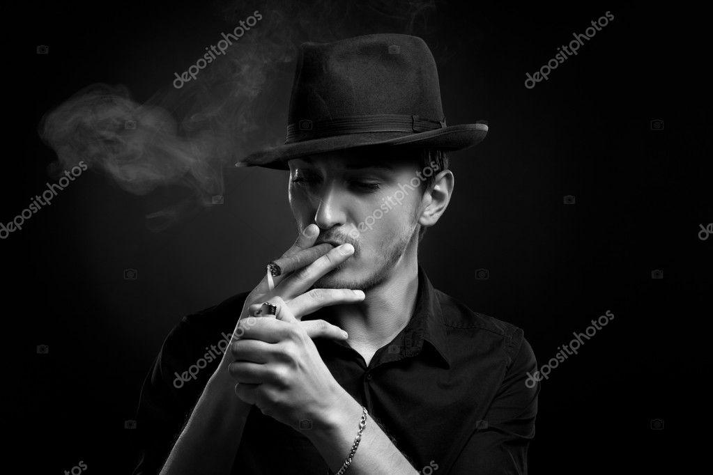 93b63c2e92c43 Homme avec chapeau et cigare en noir — Photographie IgorBorodin ...
