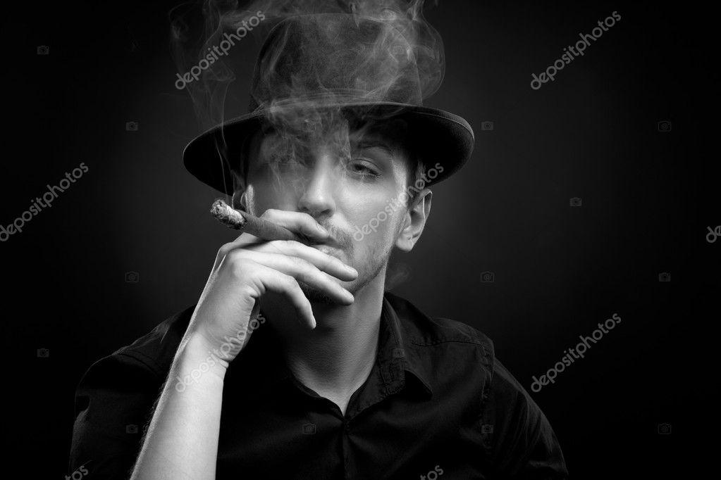 6eb6696cd3c38 homme avec chapeau et cigare en noir — Photographie IgorBorodin ...