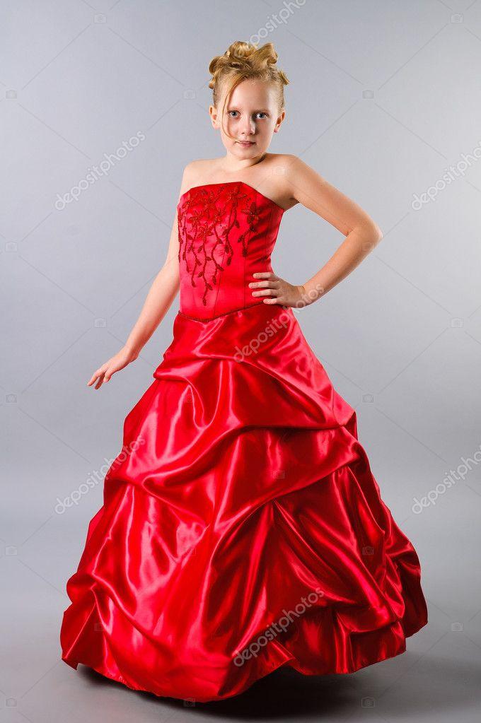 ein hübsch blond-Teenager-Mädchen posiert in einem Ballkleid auf ...