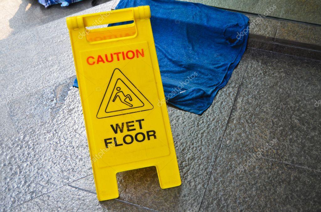 Segnale di avvertimento attenzione pavimento bagnato u2014 foto stock