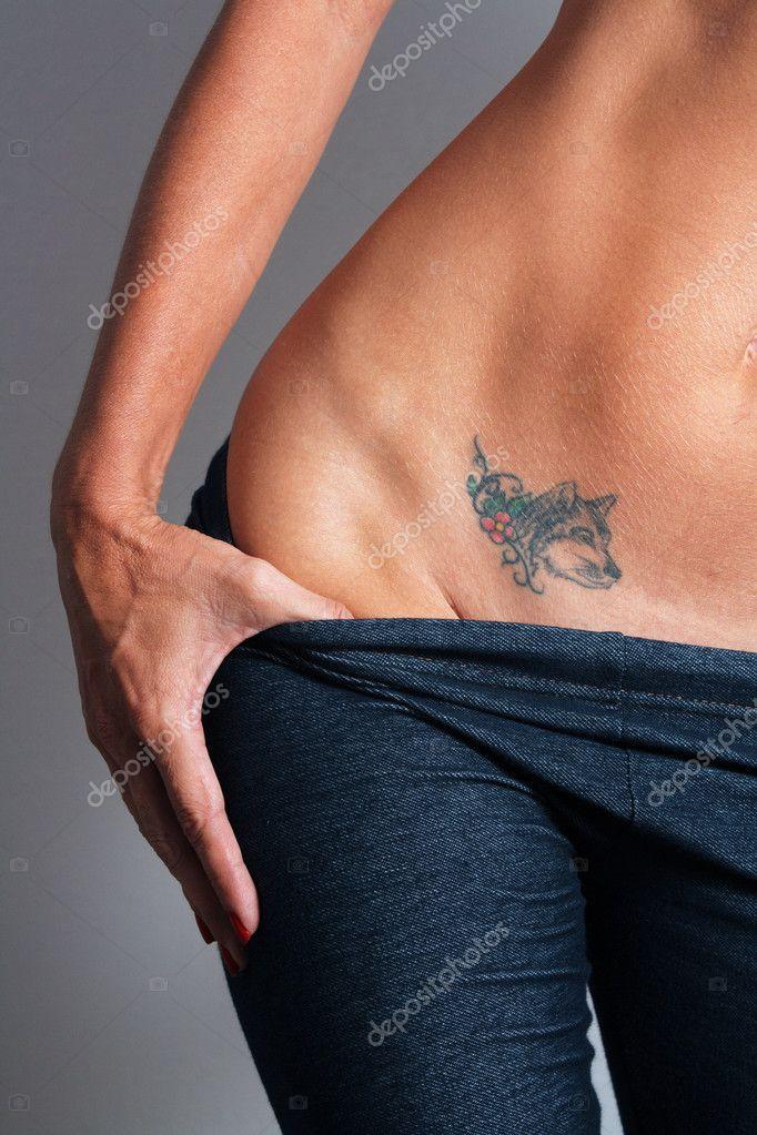 Sexy Vrouwelijke Buik Met Tattoo 2 Stockfoto
