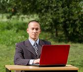 Muž s notebookem pracovat venku