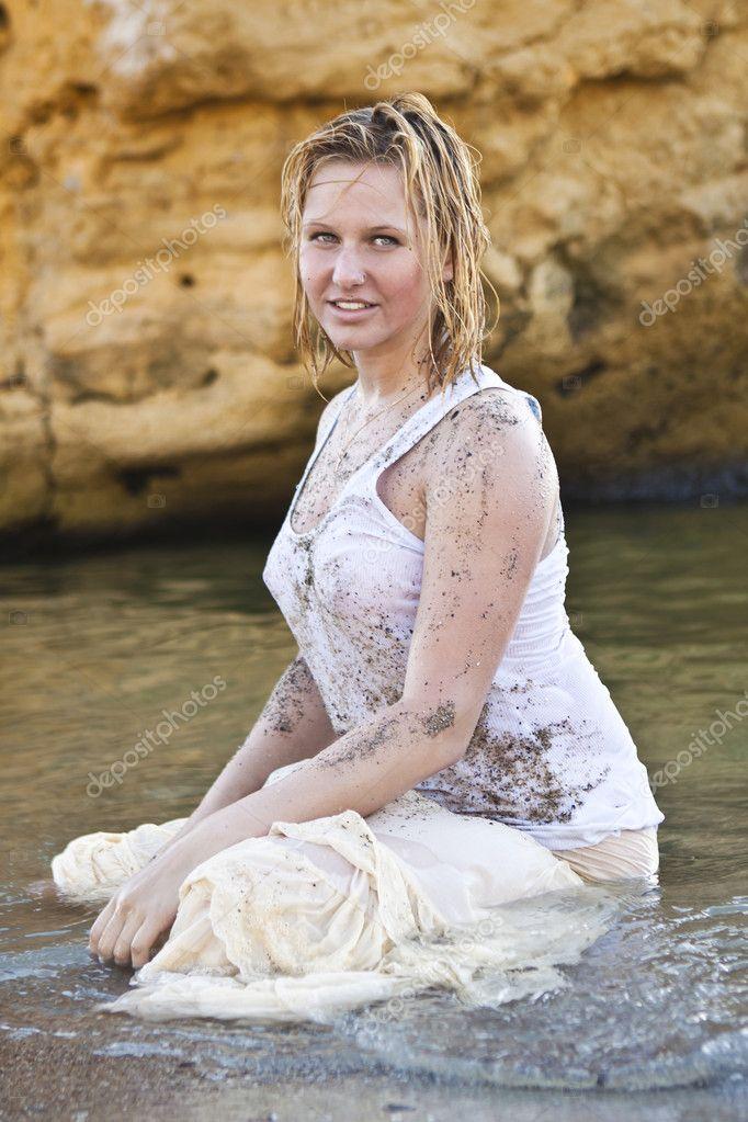b8b8458c rödhåriga flicka i en våt vit t-shirt — Stockfotografi © itutya #6124289
