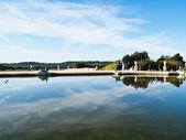 Odraz modré oblohy na vodě na zámku versailles