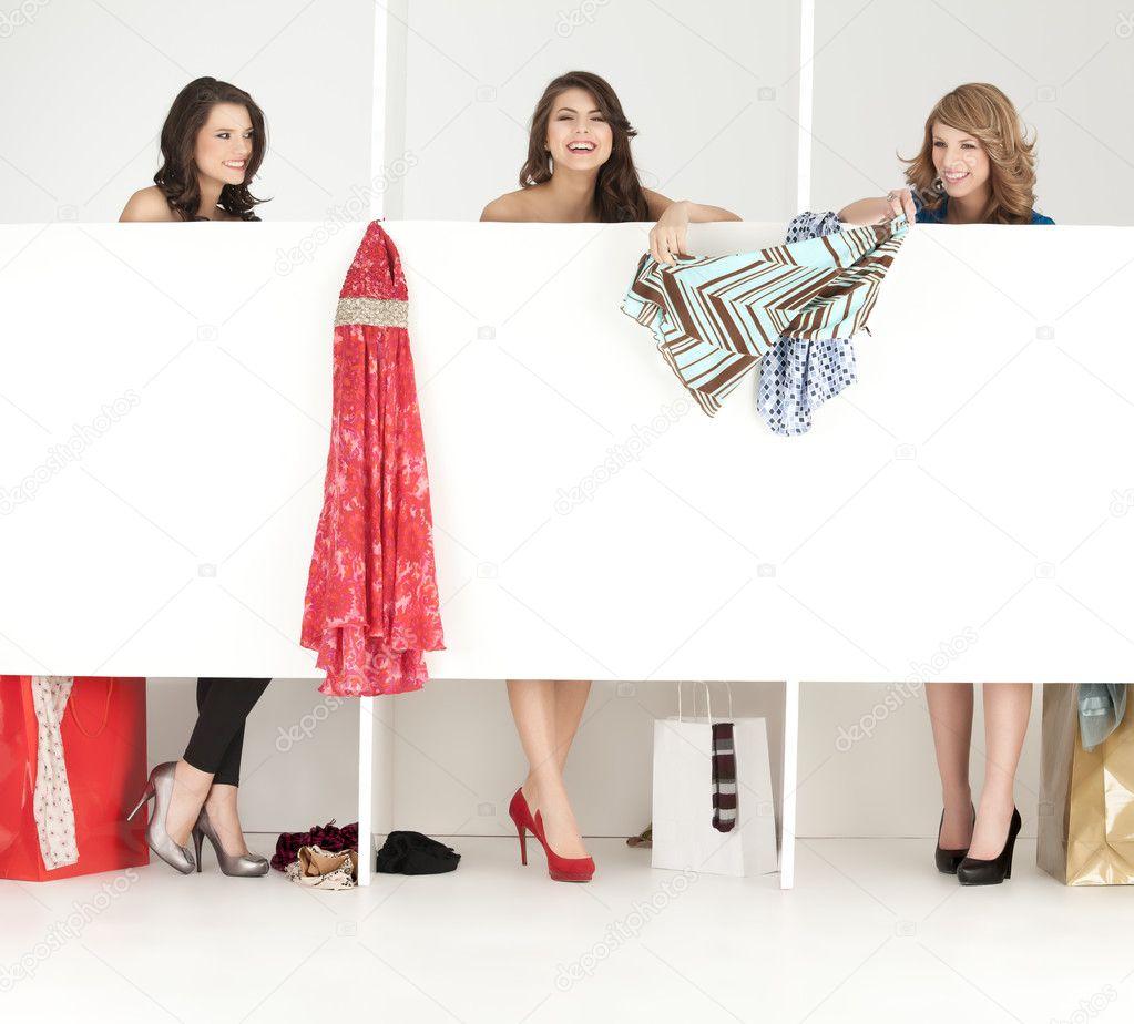Zoek Kleding.Meisjes Op Zoek Kleding In Wordrobe Stockfoto C Shotsstudio 5663669