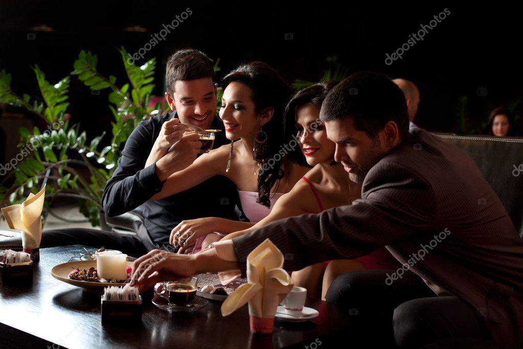Ehepaare, Kaffee trinken, Eis essen — Stockfoto © shotsstudio #6111042