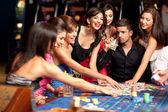 Happy kavkazské přátelé hraní rulety v kasinu