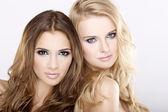 Fényképek két mosolygó lány barátok - szőke és barna