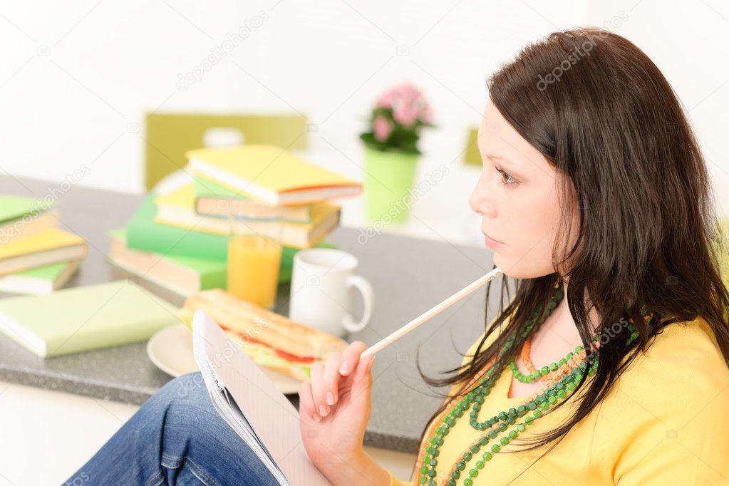 junger Student Mädchen denken in Küche — Stockfoto © CandyBoxImages ...