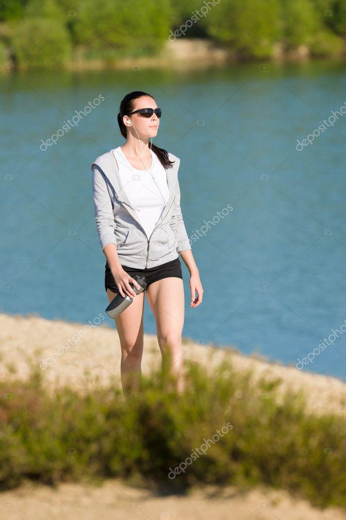 Sport d 39 t fit femme marche sur la plage de bord de mer photo 6138382 - Sortie de plage femme ...