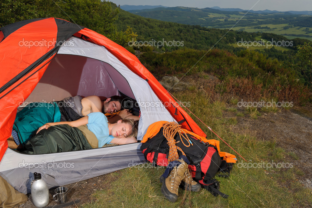 Kletterausrüstung Camp : Junges paar schlafen kletterausrüstung zelt camping u stockfoto