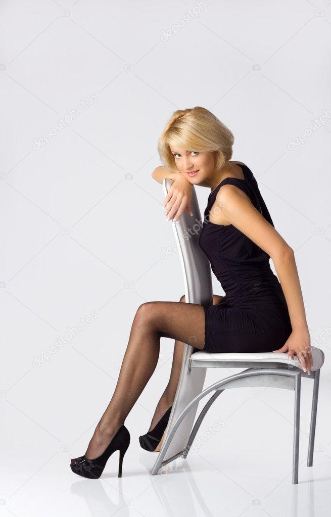 Женщина сидящая на стуле в чулках — photo 5