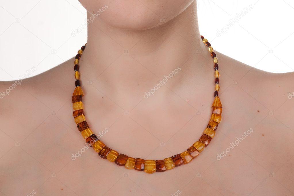 Jantarové šperky na ženského krku. closeup. Studio záběr — Fotografie od ... 393a27bcce2