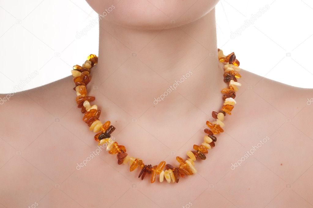 e25a167b4d66 Янтарные украшения на шее девушки — Стоковое фото © TpaBMa2 #6383250