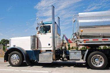 Klasik Amerikan büyük vintage yakıt kamyonu