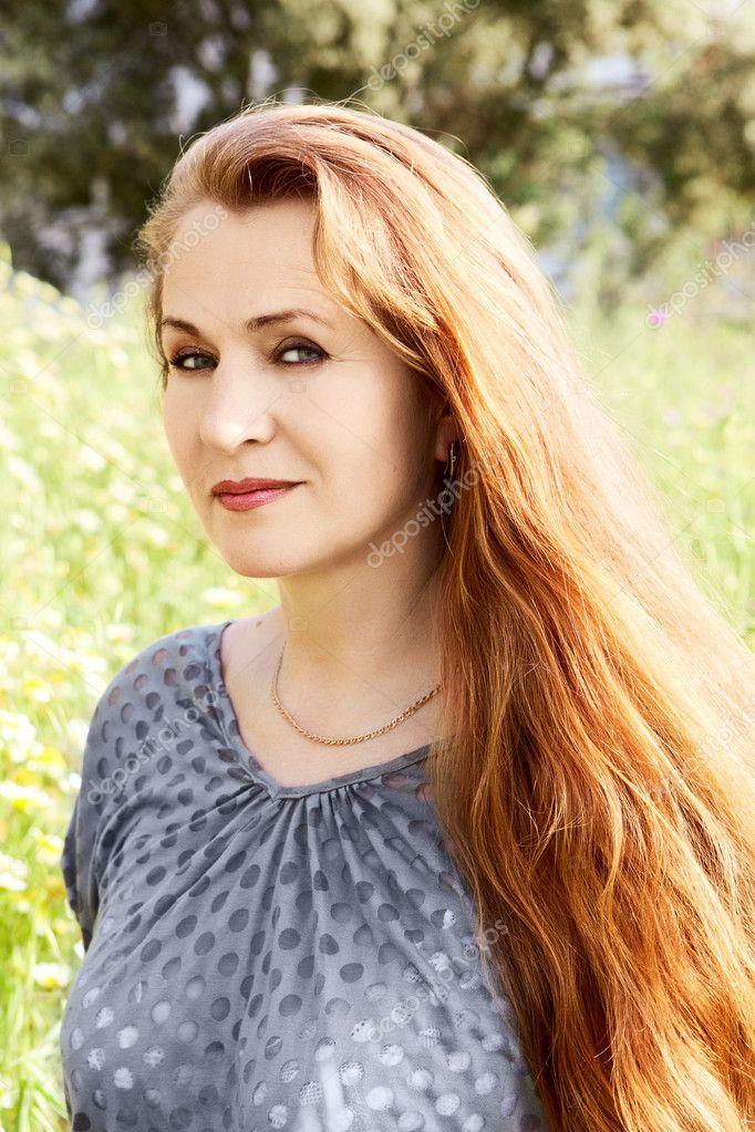 Frau mittleren Alters mit langen Haaren - Stockfotografie
