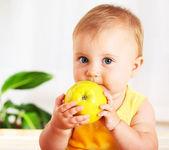 malé dítě jablko