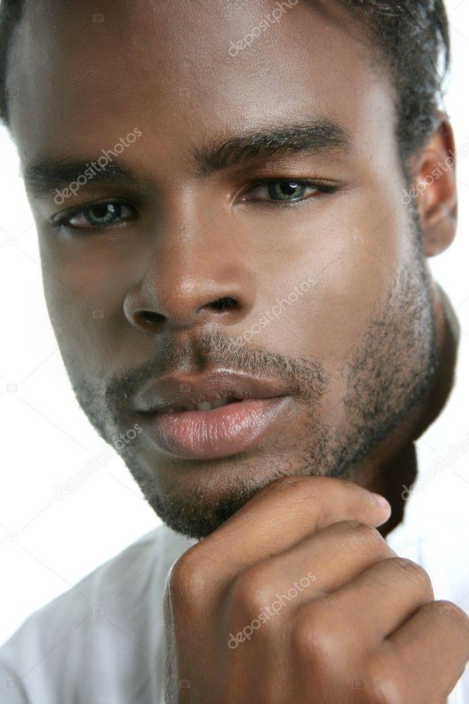 Portrait agrandi afro-américain mignon jeune homme noir — Image de TONO  BALAGUER 221b6d23f1c0