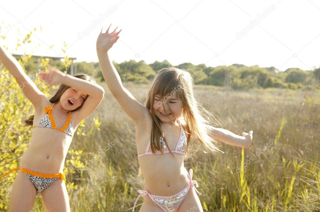 Sexy Outdoor Tanz junger Teenschlampen im Bikini