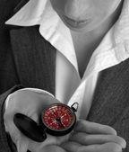 obchodní žena s kompasem v ruce