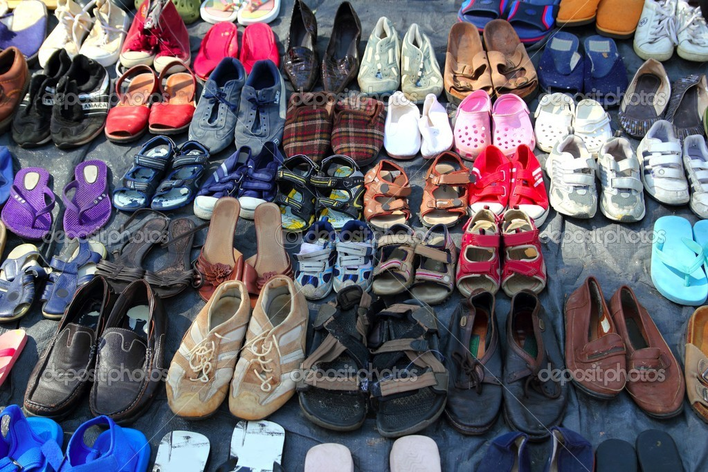 67876733 Zapatos usados mercado filas de patrón de segunda mano — Foto de Stock