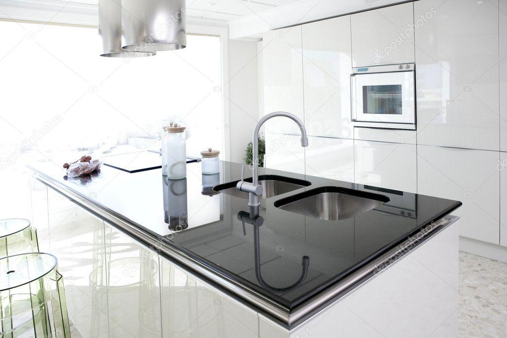Moderne witte keuken schoon interieur design u stockfoto tono