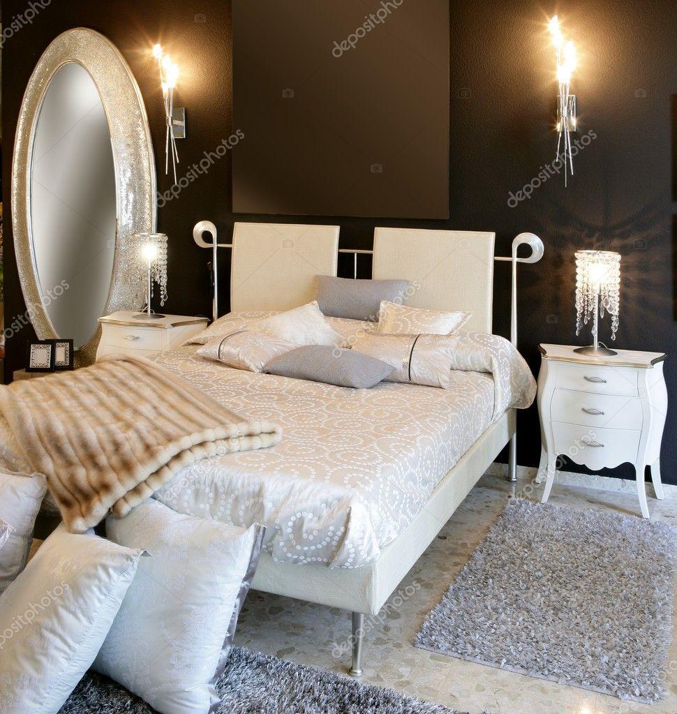 slaapkamer moderne zilveren ovale spiegel witte bed — Stockfoto ...
