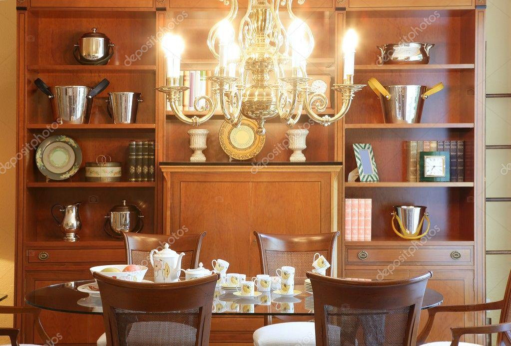 Roomwar soggiorno classico legno mobili e lampadario — Foto ...
