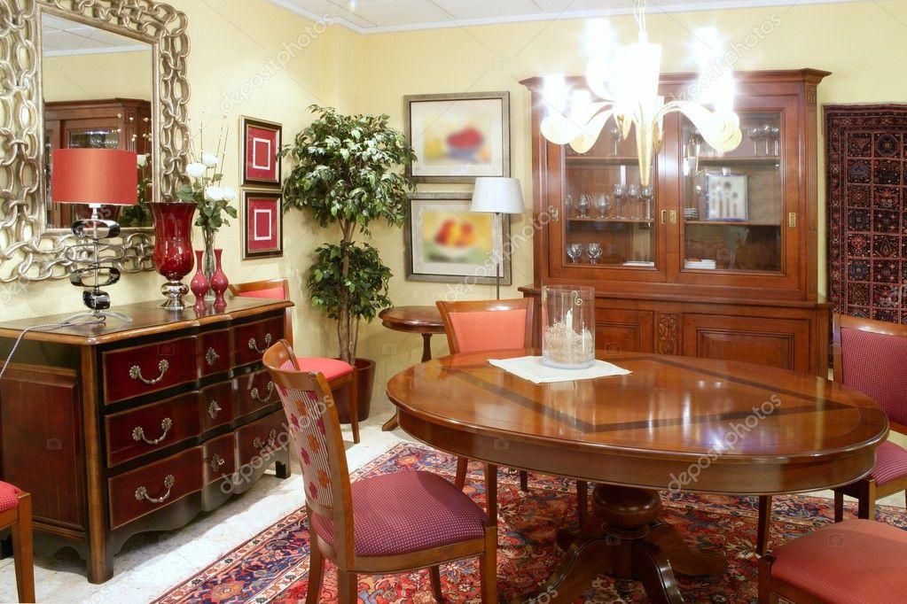 Classico tavolo caldo legno mobili soggiorno — Foto Stock ...