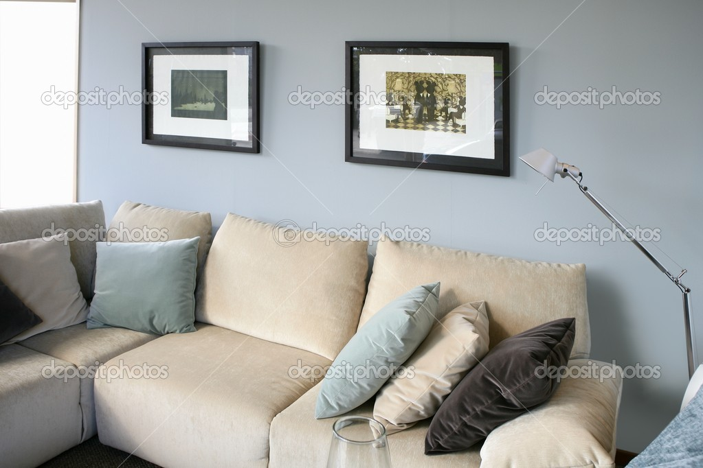 woonkamer met sofa en blauw muur, interieur design — Stockfoto ...