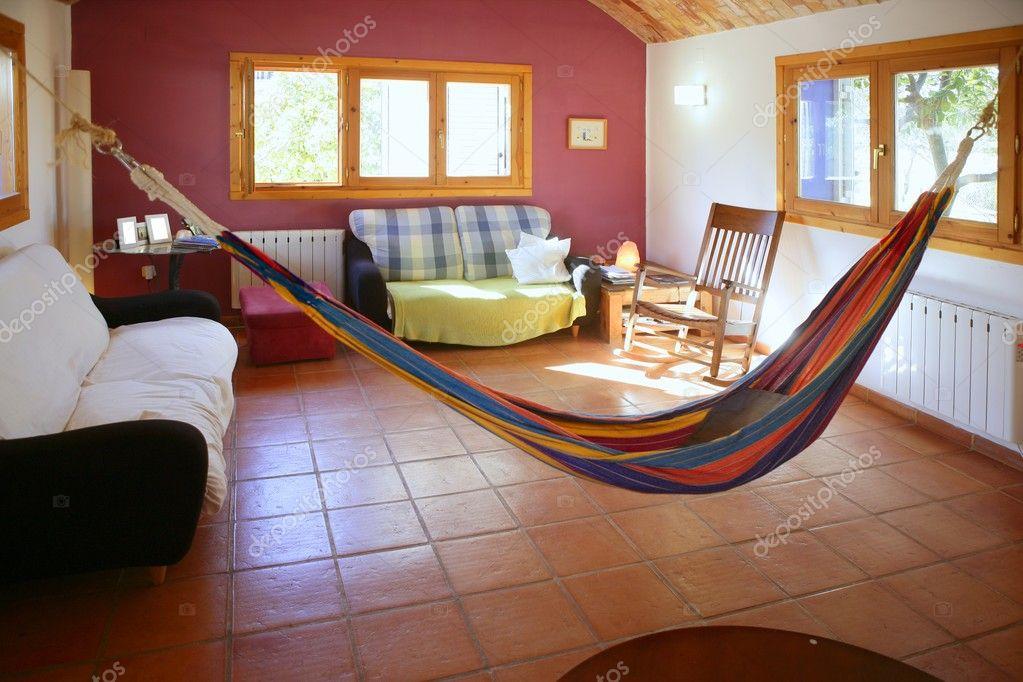 woonkamer in warme kleuren, Mexicaanse hangmat — Stockfoto ...