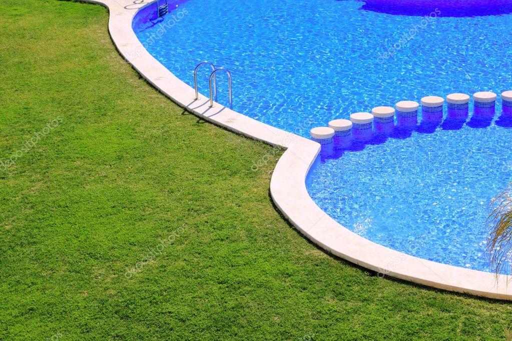 Piastrelle blu piscina con giardino verde erba u foto stock tono