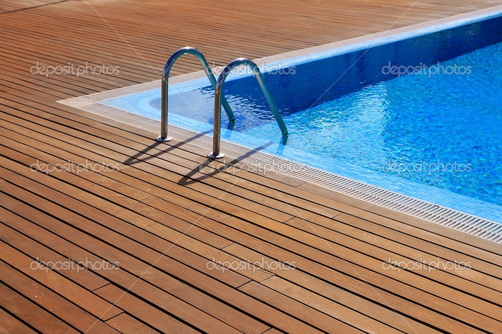 Piscine bleue avec plancher en bois teck photo 5569803 for Piscine en teck