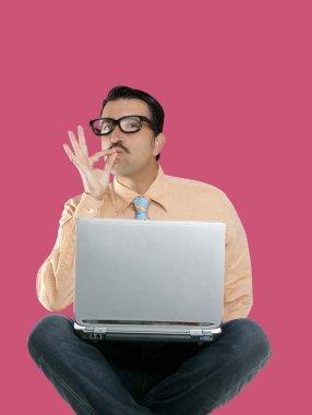 Geek man sit laptop computer ok positive gesture