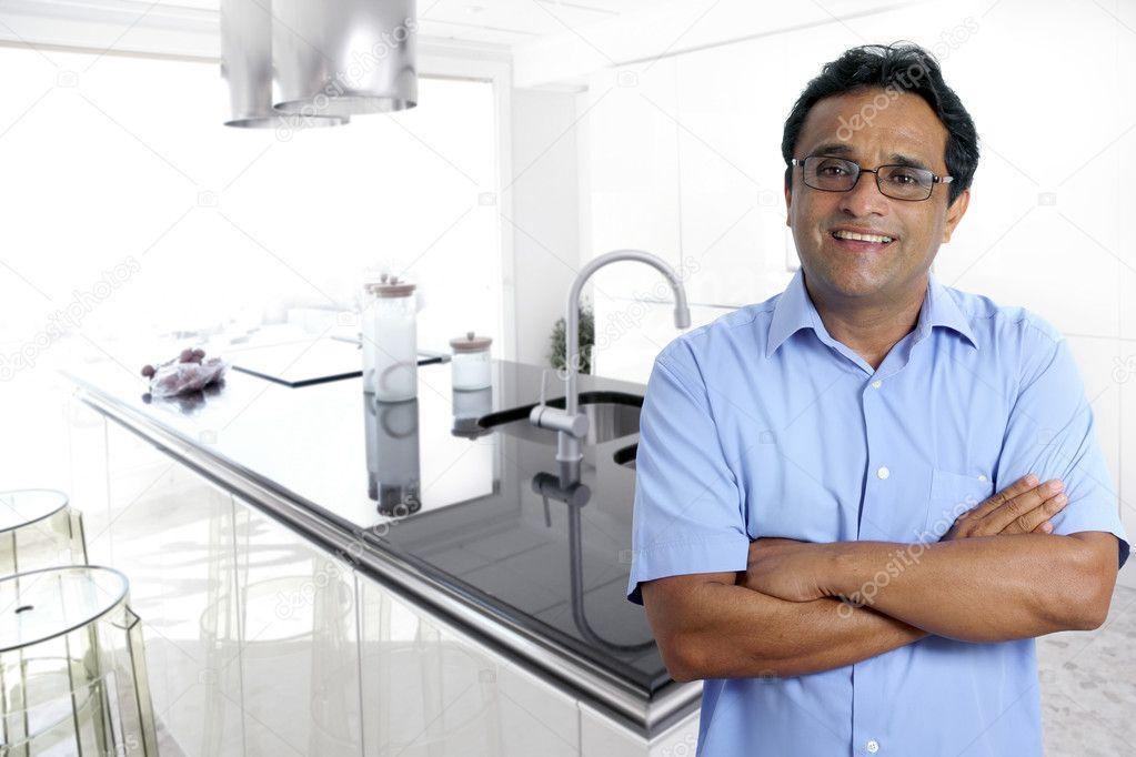 India Latina hombre interior cocina moderna blanca — Foto de stock ...