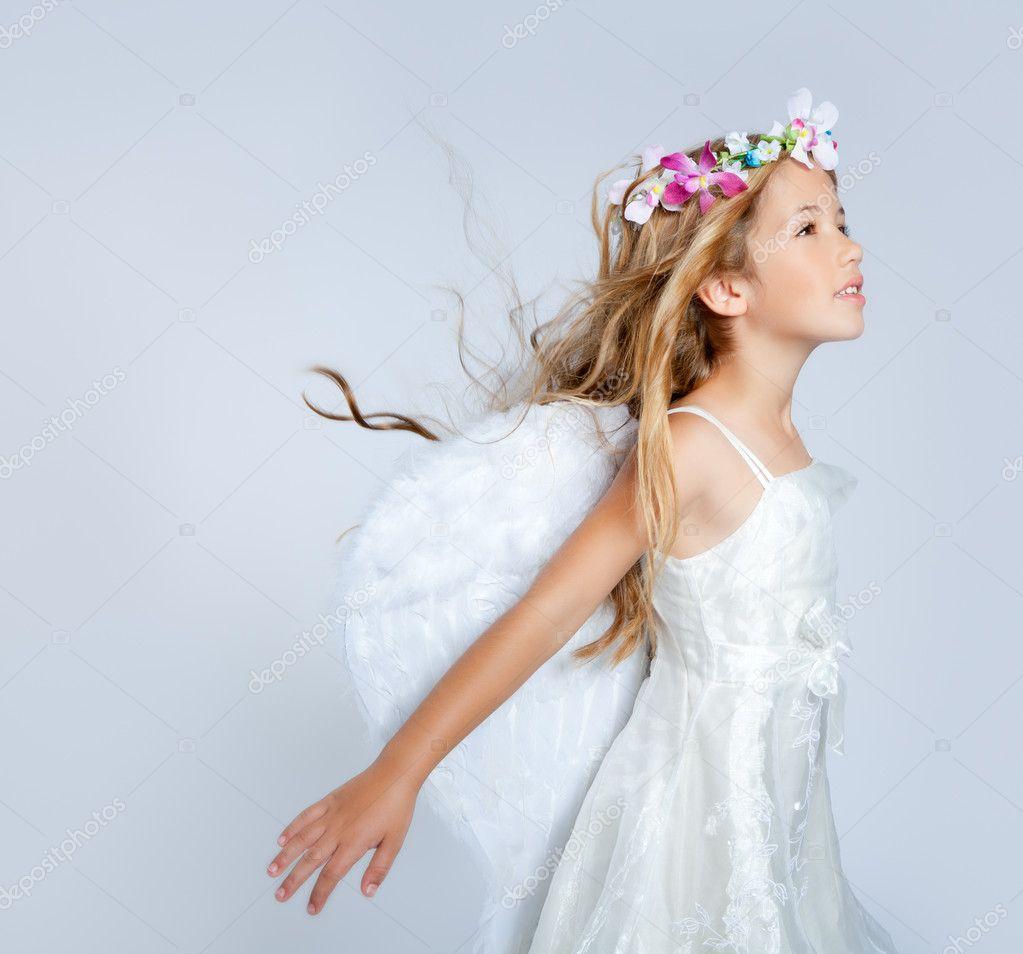 387d1a4194e Angel παιδιά κορίτσι άνεμο στα μαλλιά μόδας λουλούδια στέμμα — Φωτογραφία  Αρχείου