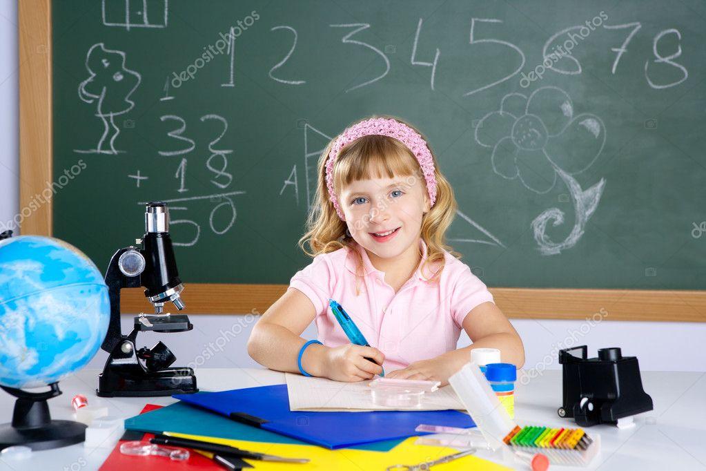 Kinder kleines mädchen im klassenzimmer mit mikroskop u2014 stockfoto