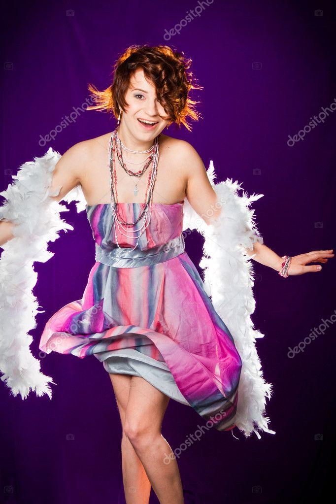 niña con vestido rosa y blanco boa posando en púrpura — Fotos de ...