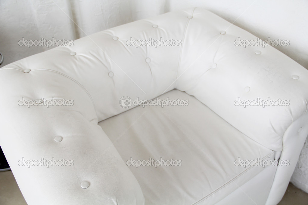 Moderne witte lederen fauteuil met staf in interieur boven