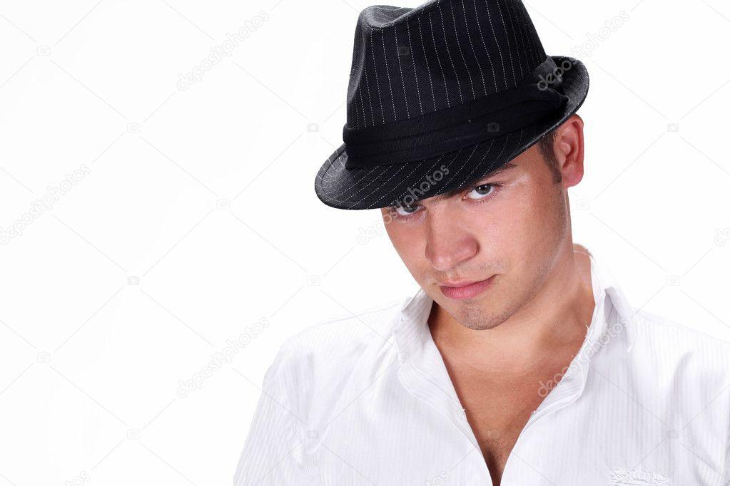 Hombre moda hermoso retrato sombrero posando sobre fondo blanco — Fotos de  Stock 3d2963d2590
