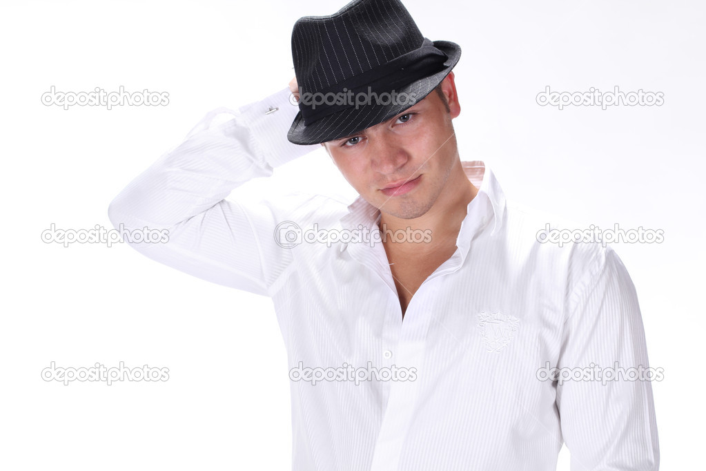 Hombre moda hermoso retrato sombrero posando sobre fondo blanco — Foto de  Stock 1e303ca0d71