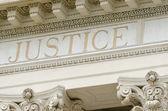 slovo spravedlnost vyryto