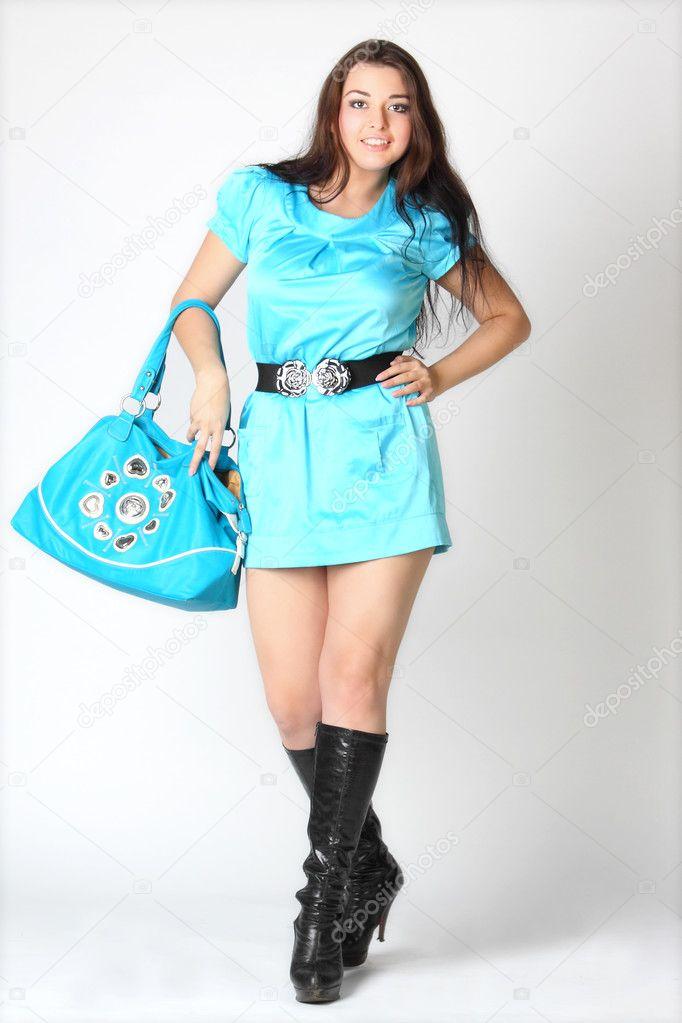 Das Madchen In Einem Blauen Kleid Und Schwarzen Stiefeln Stockfoto