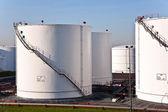 Bílý tanky v CTR s modrou oblohou